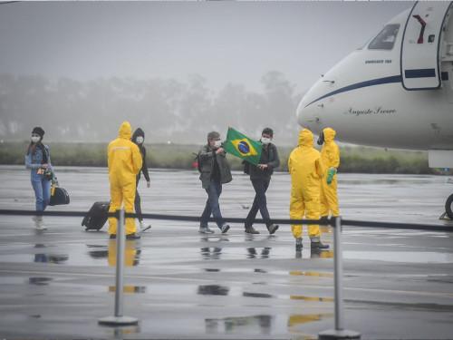 militares_da_marinha_do_brasil_durante_desembarque_dos_repatriadosweb